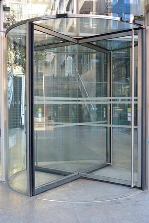 사무실 건물이나 호텔 입구의 현대 회전문 스톡 콘텐츠