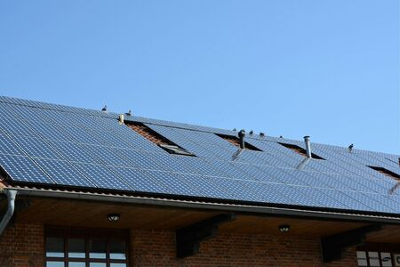Ecological and renewable solar energy panels on the roof of a house Standard-Bild
