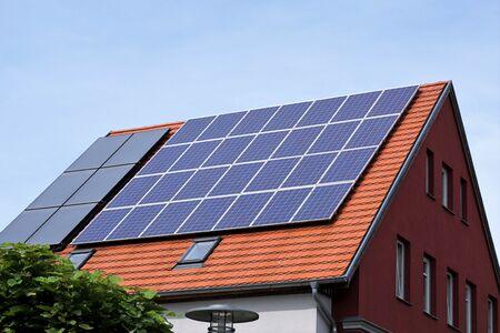 Ökologische und erneuerbare Sonnenenergiepaneele auf dem Dach eines Hauses