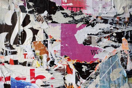 Kleurrijke gescheurde affiches op grunge oude muren als creatieve en abstracte achtergrond Stockfoto