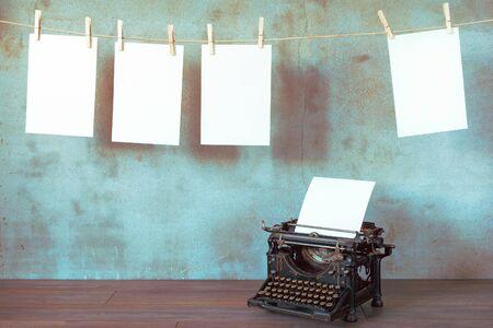 L'ancienne machine à écrire avec une feuille de papier vierge