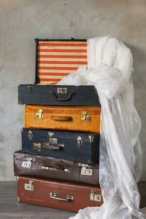 tela blanca: Old suitcase with white cloth Foto de archivo