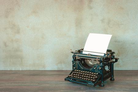 hoja en blanco: La vieja máquina de escribir con una hoja de papel en blanco Foto de archivo