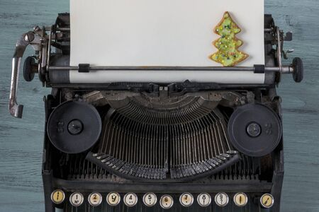 old typewriter: Christmas cookies in the shape of a Christmas tree on a background of an old typewriter