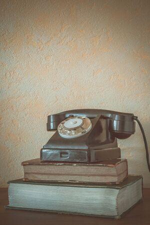directorio telefonico: viejo teléfono se encuentra en un directorio telefónico de espesor