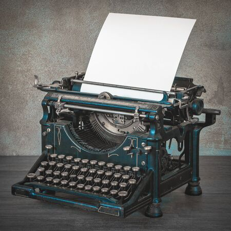 hoja en blanco: The old typewriter with a blank sheet of paper