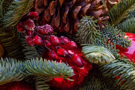 Christmas decorations. Collage of Christmas toys, spruce branches, cones and berries. Close-up. Banque d'images