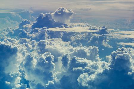 飛行中に様々 な形の雲と嵐の雲の多くの美しい空。雲の抽象的な背景の上空を空撮。 写真素材