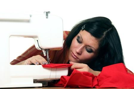 Travaux de couturi�re de femme sur la machine � coudre