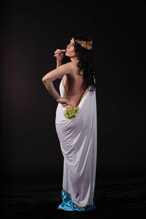 toga: Godness antiguo con un racimo de uvas