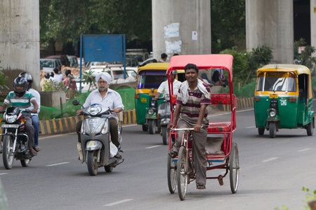Cyclo-pousse dans les rues de Delhi �ditoriale
