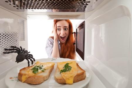 Dziewczyna zobaczyła pająka w kuchence mikrofalowej