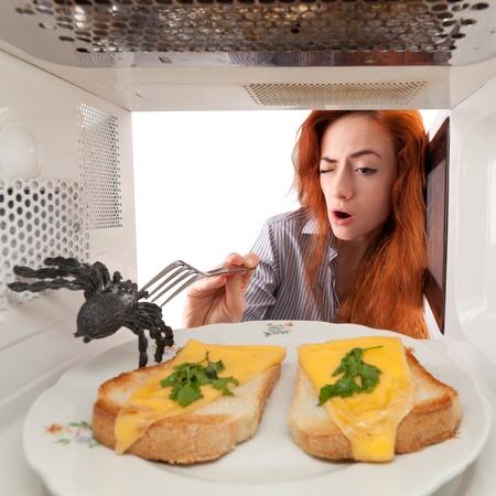 fight girl: Lotta Ragazza con un ragno nel suo forno a microonde Archivio Fotografico
