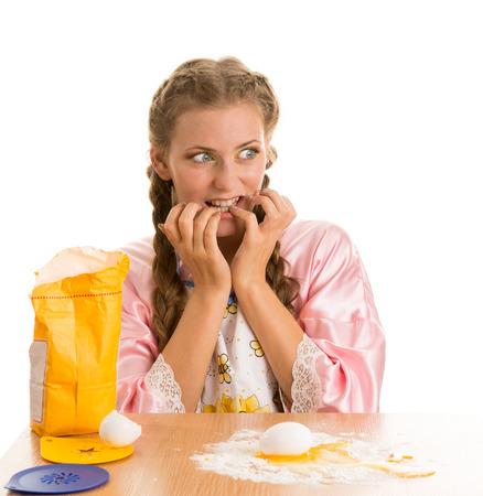 maladroit: Blond Awkward pr�pare dans la cuisine