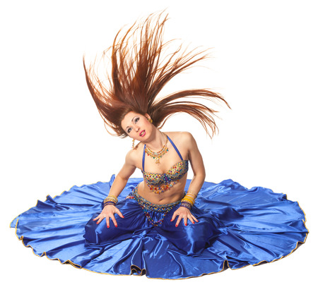Jeune belle danseuse du ventre en costume bleu photo