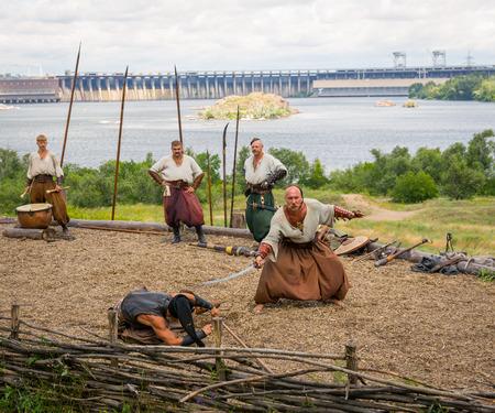 the cossacks: Zaporizhia, Ucrania 21-JUNIO: Ucraniana cosacos 21, 2014 en Zaporizhia, Ucrania. Mostrar de los cosacos ucranianos en cosacos Museo en la isla de Khortytsya Editorial