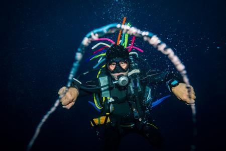 De scuba-duiker blaast de luchtringen