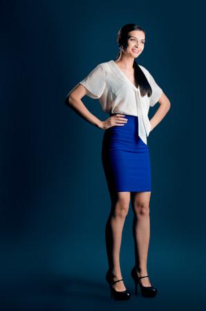 Yong hölgy, elegáns nő, aranyos lány egy stúdióban