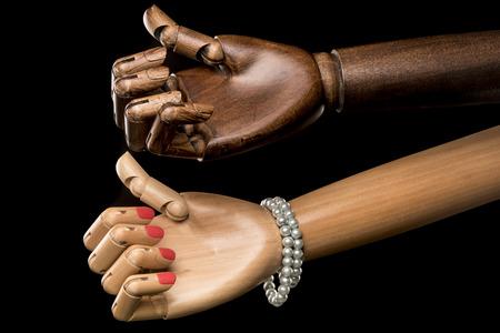 pessoas: Mãos de mulher branca e homem negro que fazem carona na mesma direção. Isolado no fundo preto. Com texto no espaço da cópia. Fotografia de estúdio.
