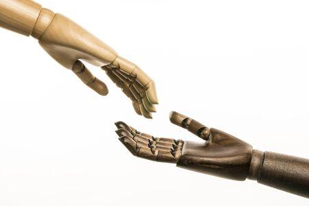 racismo: Una mano blanca y una mendiga negra acudieron en su ayuda. En el fondo blanco.