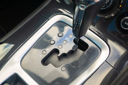 Automatikgetriebe geparkt im modernen Fahrzeug Auto Automobil