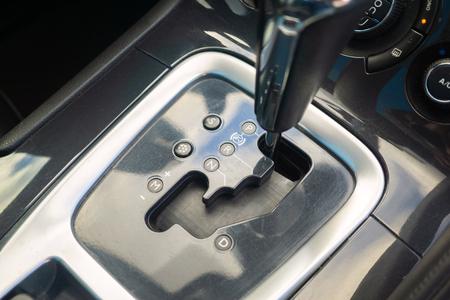 Marcha automática estacionada en el interior del vehículo moderno automóvil automóvil