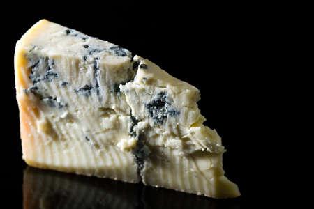 反射と黒に分離された部分ゴルゴンゾーラ チーズ