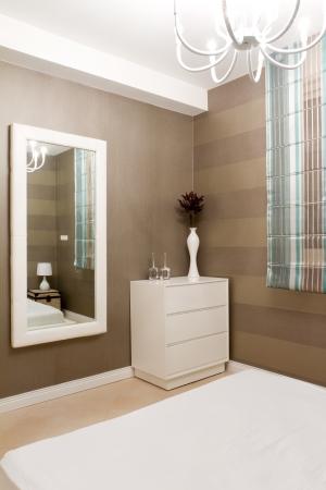 spiegels: Slaapkamer met meubels in een nieuw huis. Stockfoto