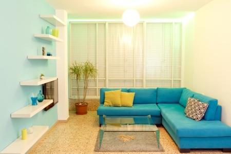 haus beleuchtung: Interieur-Design in einem neuen Haus. Verschiedene Farben der Beleuchtung