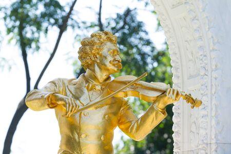 waltzing: Golden statue of Johann Strauss in Vienna