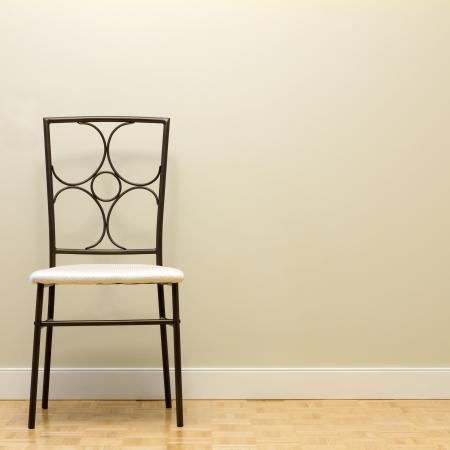 新しいアパートの壁に対して椅子