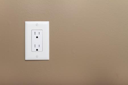 壁に世帯の電気出口。110 v の電源