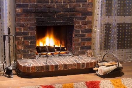 Interior design di soggiorno in una nuova casa con camino