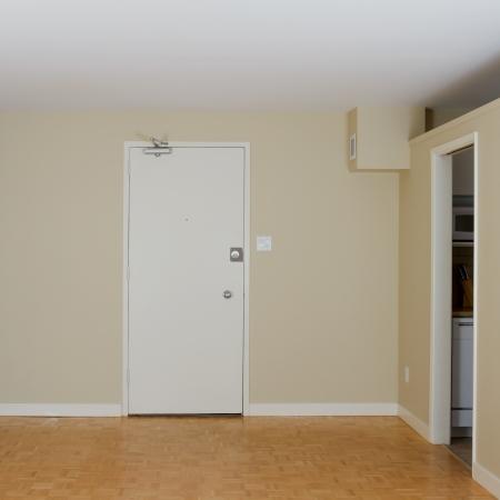 新しいアパートに空のリビング ルーム