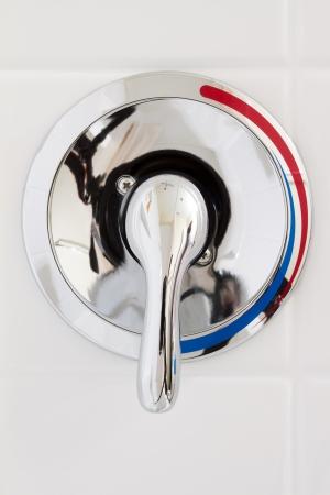 화장실에서 수도꼭지 추위와 뜨거운 물 샤워 스톡 콘텐츠 - 16565663