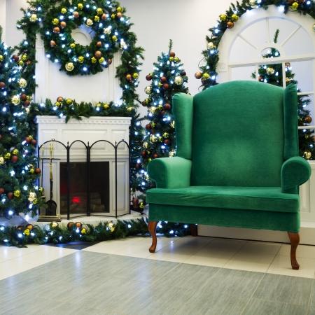 クリスマスのリビング ルーム、暖炉、クリスマス ツリーとサンタ s の椅子