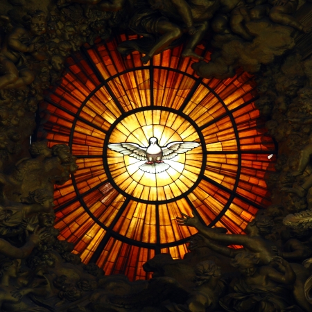 イタリア、バチカンのサンピエトロで祭壇の後ろのステンド グラス