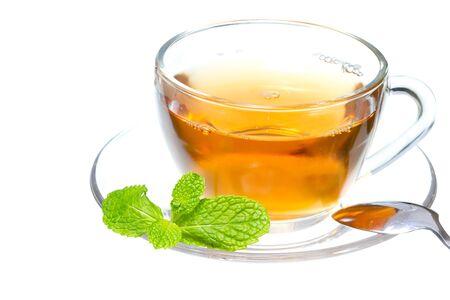 白地にミントと紅茶カップの葉します。