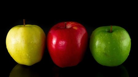 赤、黄、黒の背景にグリーンアップル