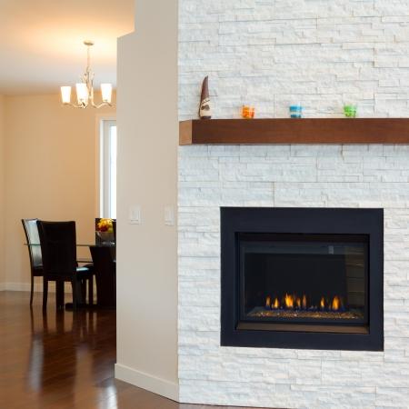 新しい家で暖炉付きのモダンなリビング ルームのインテリア デザイン 写真素材