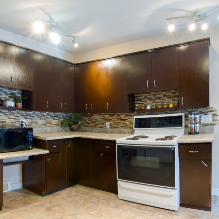 estufa: El diseño interior de la cocina moderna y una sala de estar en una casa nueva