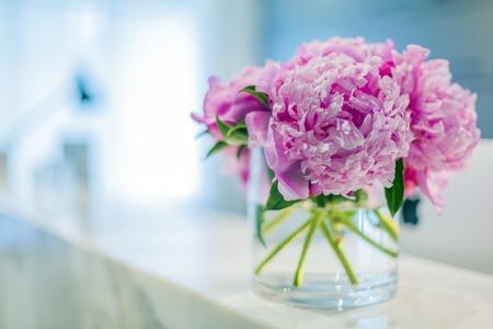 花瓶で美しいピンクの花を持つ事務所医療受付のポリマーします。