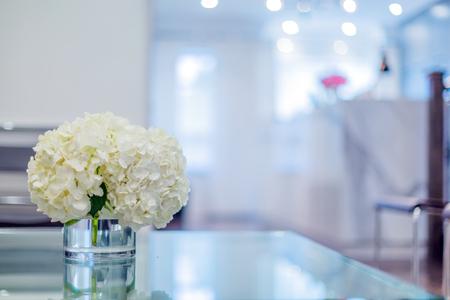 フロント間の花瓶で美しいピンクの花を持つ