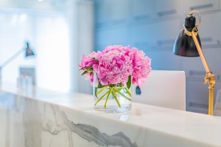 フロント インテリア花瓶で美しいピンクの花を持つ
