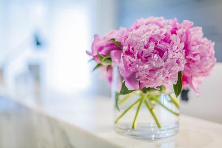 꽃병에 아름 다운 핑크 꽃과 사무실 의료 수신 인테리어