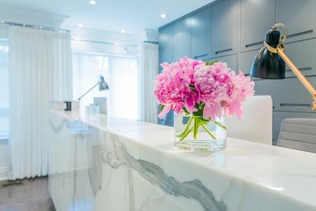 꽃병에 아름 다운 핑크 꽃과 리셉션 인테리어 스톡 콘텐츠