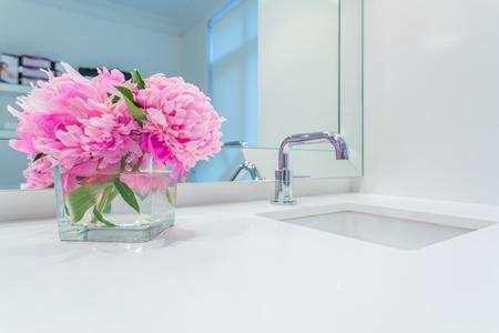 llave de agua: Diseño interior de un cuarto de baño de lujo y decoración de flores Foto de archivo