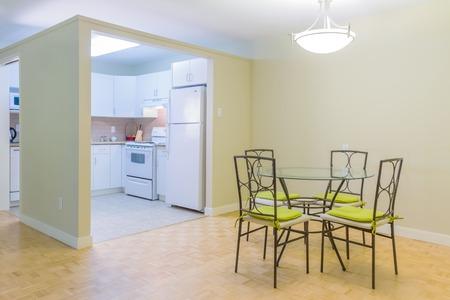 モダンなキッチンと新しい家のリビング ルームのインテリア デザイン