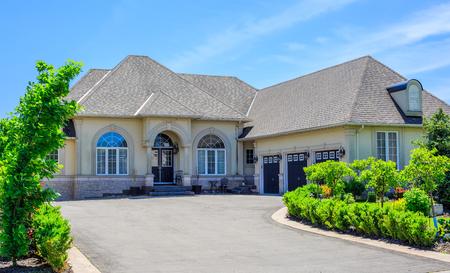 Maison de luxe construit sur mesure dans la banlieue de Toronto, Canada. Banque d'images - 65459430