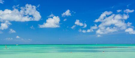 Caribische zee op Aruba eiland. Uitzicht vanaf het strand